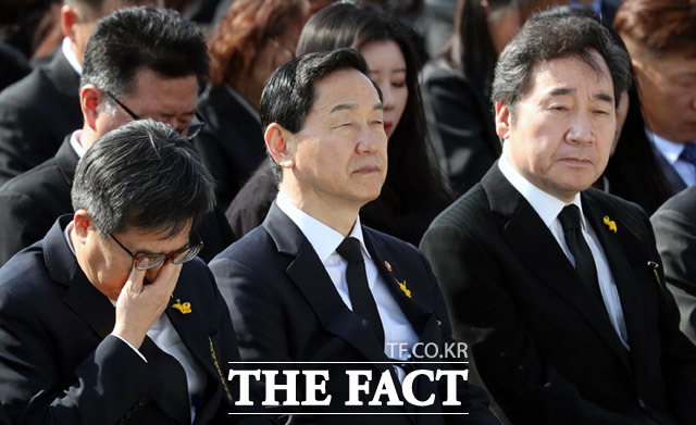 김동연 경제부총리 겸 기획재정부 장관(왼쪽)이 추도사를 듣는 도중 눈물을 훔치고 있다.