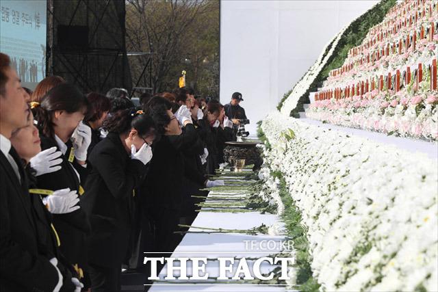 16일 오후 경기 안산시 화랑유원지에서 열린 4·16 세월호참사 희생자 정부합동 영결·추도식에서 유가족들이 헌화하며 오열하고 있다. /임세준 기자