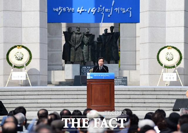 이낙연 국무총리가 19일 오전 서울 강북구 수유동 4.19 국립묘지에서 열린 제58주년 4·19혁명 기념식에 참석해 기념사를 하고 있다. /임세준 기자