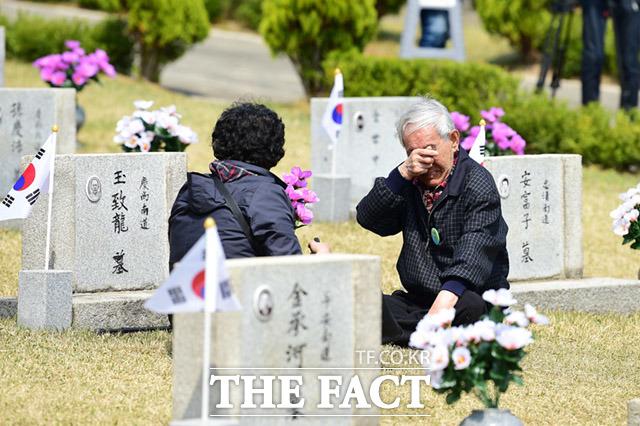제58주년 4·19혁명 기념식이 19일 오전 서울 강북구 수유동 4.19 국립묘지에서 열린 가운데 한 유가족이 묘지앞에서 눈물을 흘리고 있다. /임세준 기자