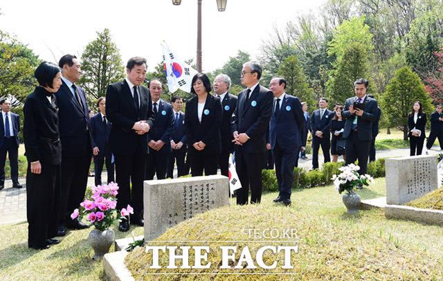 이낙연 국무총리가 4·19 희생자 묘지를 둘러보고 있다.