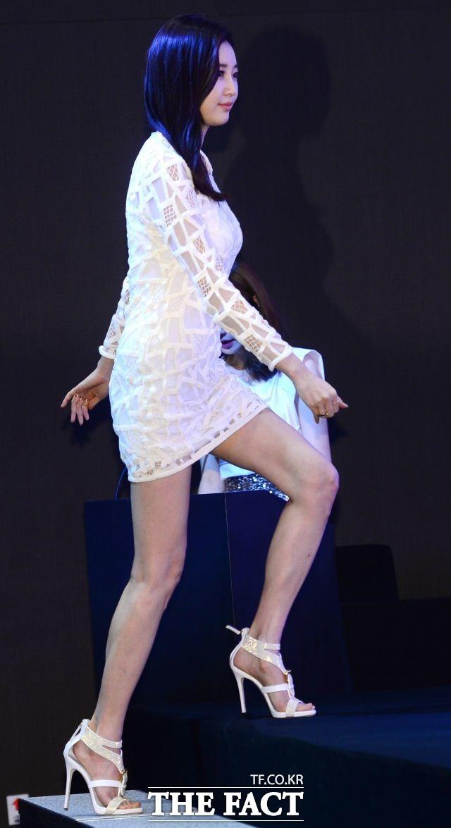 다리골절상을 입은 배우 김사랑./ 더팩트 DB