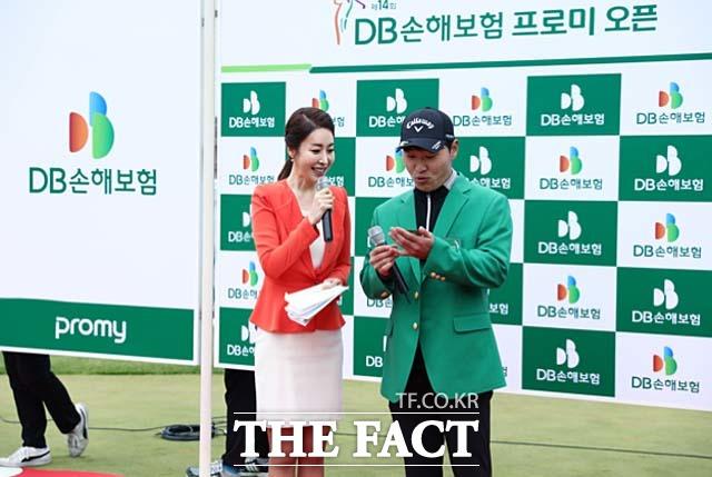 전가람 생애 첫 승 전가람(오른쪽)이 올해 KPGA 개막전 DB손해보험 프로미오픈에서 생애 첫 우승을 차지한 뒤 김미영 아나운서와 인터뷰를 나누고 있다.