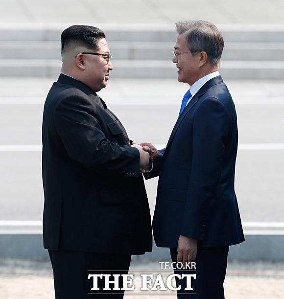 2018 남북정상회담이 열린 27일 오전 문재인 대통령(오른쪽)과 김정은 북한 국무위원장이 판문점에서 만나 인사를 하고 있다. /한국공동사진기자단