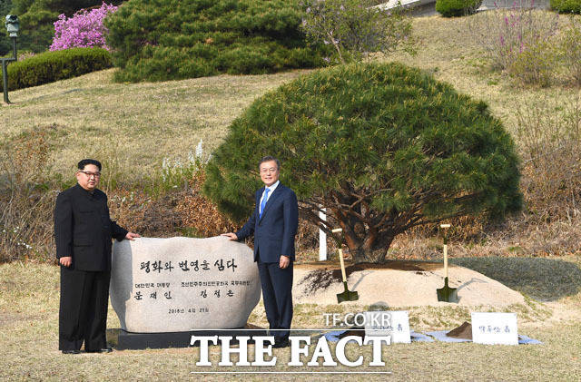 문재인 대통령과 김정은 국무위원장이 27일 오후 판문점 평화의집에서 양 정상이 기념 식수를 하고있다. /한국공동사진기자단