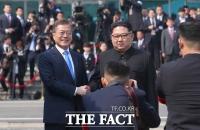 [남북정상회담]군사분계선 넘은 김정은 '역사적 순간'