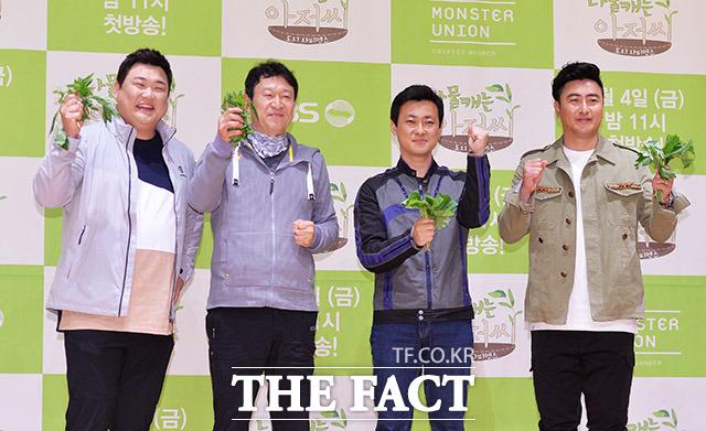개그맨 김준현과 배우 김응수, 박석형 PD, 방송인 안정환(왼쪽부터)이 30일 오후 서울 마포구 KBS미디어센터에서 열린 KBS 2TV 예능 나물 캐는 아저씨 제작 발표회에 참석해 포토타임을 갖고 있다. /이동률 인턴기자