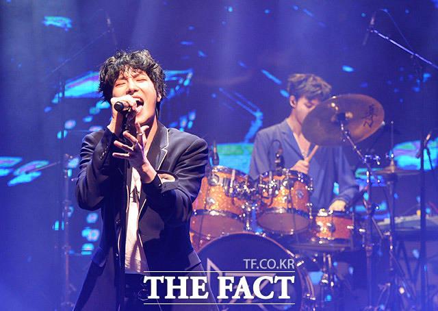 4인조 아이돌 밴드 아이즈(IZ)의 두 번째 미니앨범 ANGEL발매기념 쇼케이스가 1일 오후 서울 강남구 백암아트홀에서 열린 가운데 멤버들이 화려한 무대를 선보이고 있다. /이동률 인턴기자