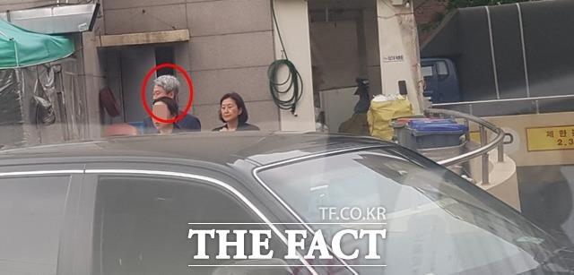 김미경 교수가 김근식 교수와 함께 노원구 상계동 인근에서 함께 거리를 걷는 모습. /독자 제공