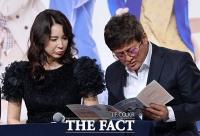 [TF포토] 왕년의 청춘스타 심혜진-최재성, '내 역할 잘 적혀 있나?'