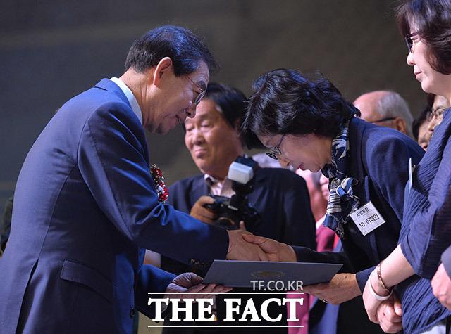 박원순 서울시장(왼쪽)이 장한 어버이, 효행자 및 노인인권증진 수상자들에게 표창장을 수여하고 있다