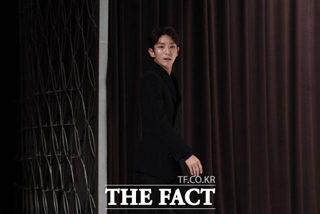 무법변호사로 입장하는 배우 이준기