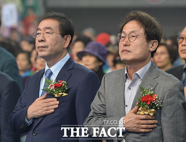 국민의례하는 박원순 서울시장(왼쪽)과 조희연 서울교육감 후보