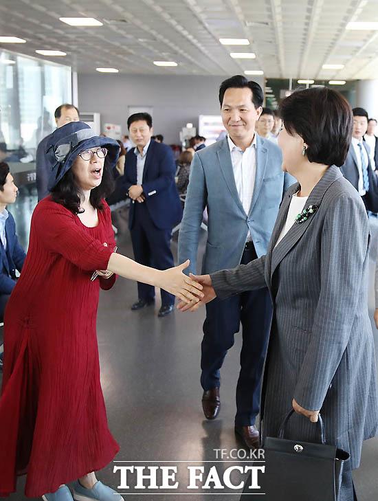 지난해 5월 18일 지방으로 향하는 김정숙 여사가 공항에서 시민들과 인사를 나누고 있다./ 청와대 제공