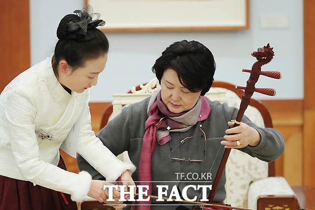 지난해 12월 중국을 방문한 김정숙 여사가 중국의 전통악기인 얼후 연주를 체험하고 있다./청와대 제공