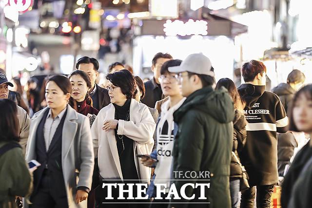 지난 3월 7일 김정숙 여사가 연극 3월의 눈 관람 후 서울 명동거리 걷고있다./ 청와대 제공
