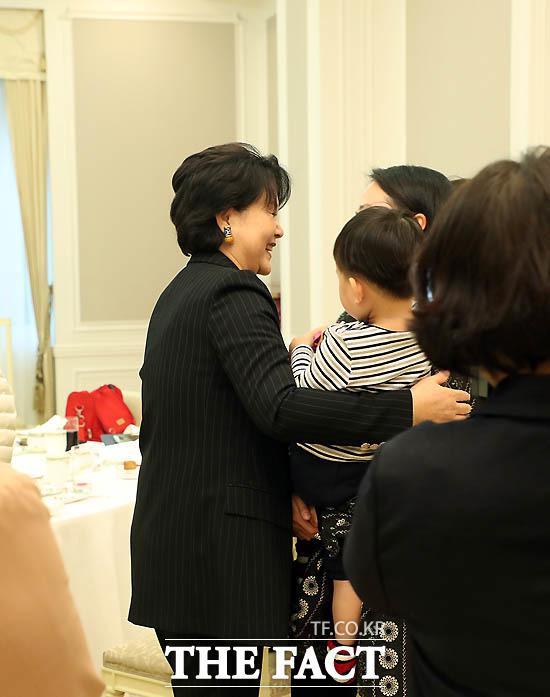 지난해 12월 김정숙 여사가 한부모 여성의 어머니와 아이까지 가족 3대를 초청해 오찬하고 격려하고 있다./ 청와대 제공