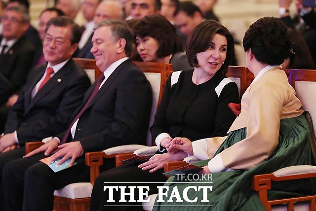김정숙 여사가 지난 해 11월 우즈베키스탄 영부인 미르지요예바와 대화를 나누고 있다./ 청와대 제공