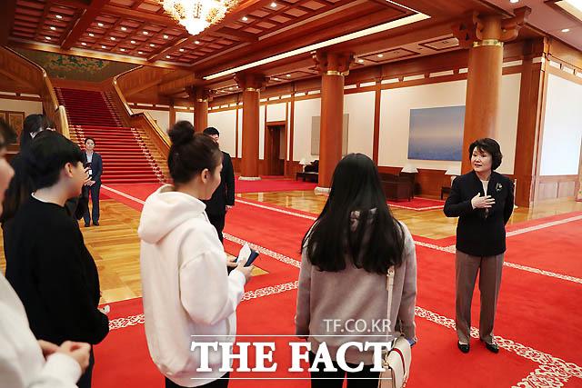 지난해 10월 30일 김정숙 여사가 고등학생 청소년 한부모 시설인 애란원 원생을 청와대에 초청한 모습./ 청와대 제공