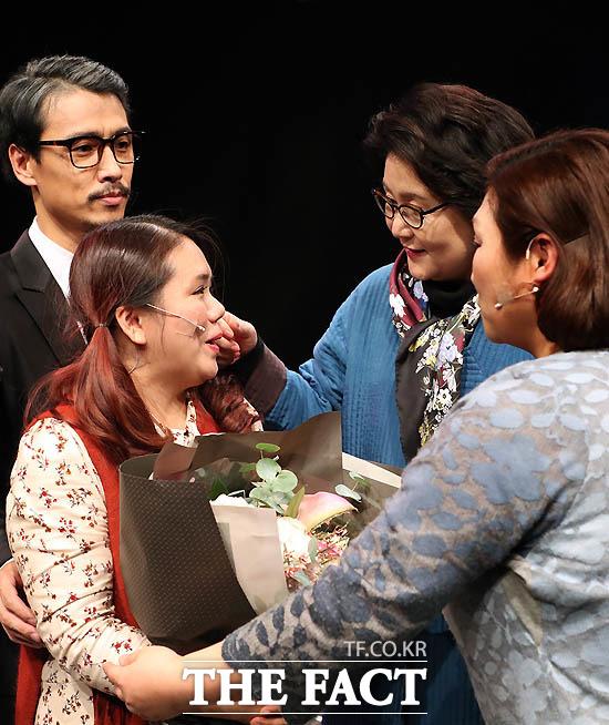 김정숙 여사가 지난해 12월 3일 오후 서울 국립극장 별오름극장에서 미혼모가 된 소녀의 이야기를 다룬 창작 뮤지컬 '소녀, 노래하다'를 관람한 후 배우들과 인사를 나누고 있다./ 청와대 제공
