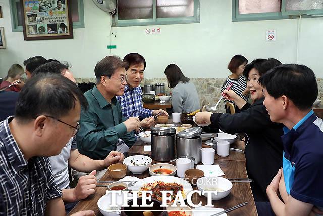 지난해 10월 문재인 대통령과 김정숙 여사가 추석 연휴 둘째 날, 삼청동 식당에서 시민들과 점심식사를 하고 있다./ 청와대 제공
