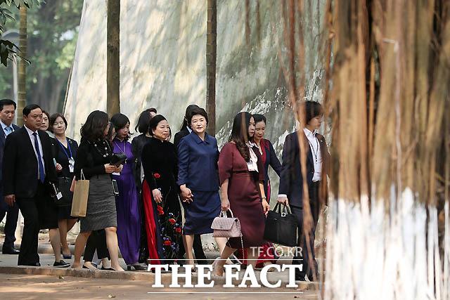 김정숙 여사가 베트남 순방 중 응웬 티 히엔 베트남 영부인과 민족학박물관에 방문하는 친교행사 중 손을 마주잡고 이동하고 있다./ 청와대 제공