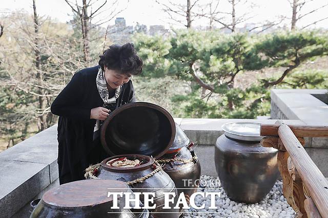 지난 4월. 김정숙 여사가 장독대의 장을 살피고 있다./ 청와대 제공