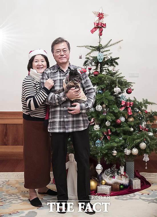 문재인 대통령과 김정숙 여사가 지난해 12월 22일 크리스마스에 트리 앞에서 반려견 토리와 함께한 사진./ 청와대 제공