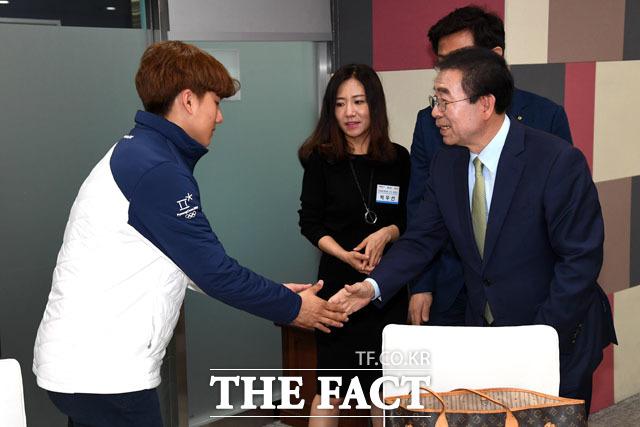 오찬에 참석한 정재원 선수의 친형 정재웅 선수와 두 선수의 어머니 박우선 씨