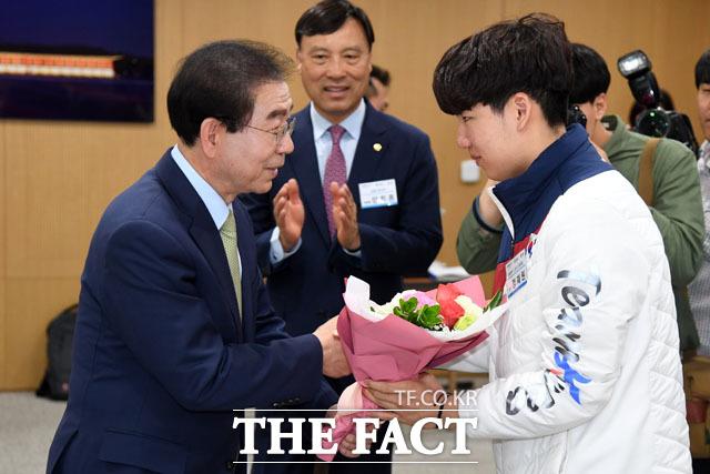 스피드스케이팅 팀추월 최연소 메달리스트 정재원 선수에게 꽃다발을 전하는 박 시장