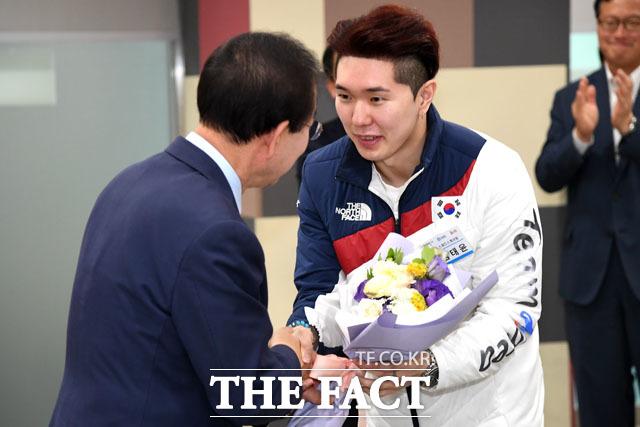 꽃다발 받는 김태윤 선수