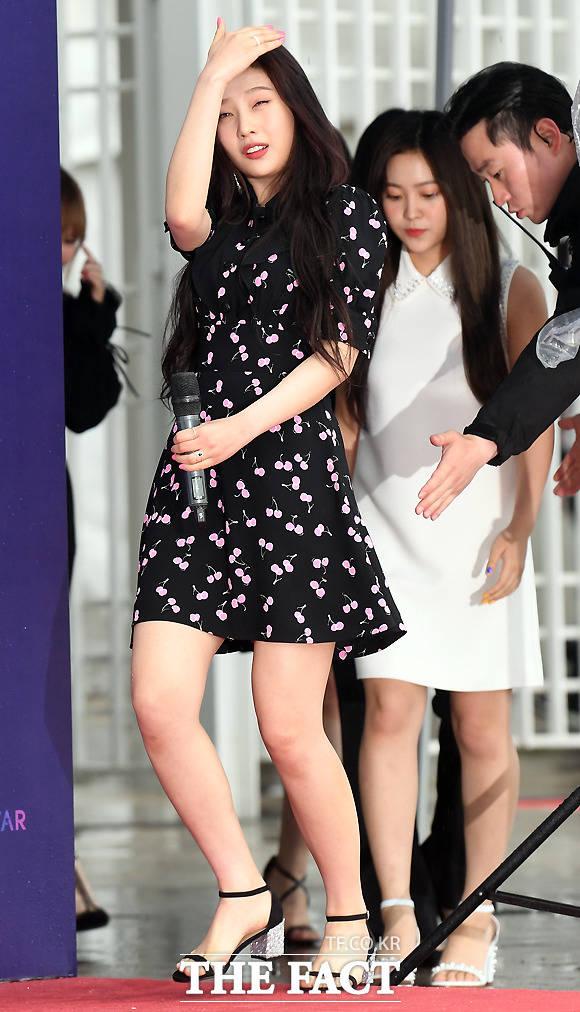 걸그룹 레드벨벳 조이가 12일 오후 서울 마포구 상암동 월드컵경기장에서 열린 2018 드림콘서트 에 참석해 공연에 앞서 포토타임을 위해 무대에 들어서고 있다. /이새롬 기자