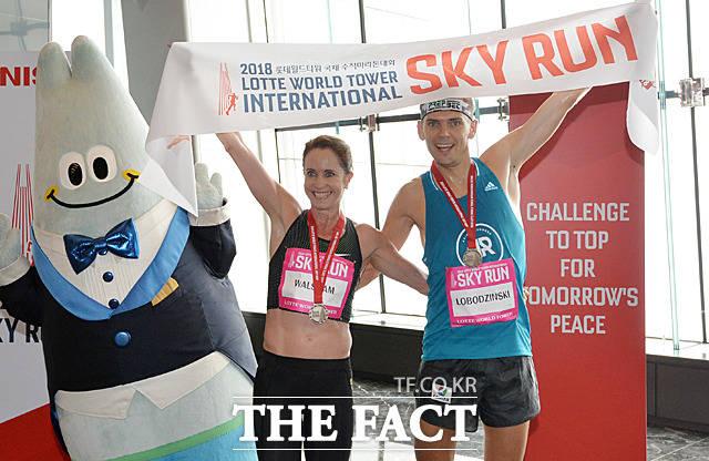 13일 서울 신천동 롯데월드타워에서 열린 2018 롯데월드타워 국제 수직마라톤대회 'SKY RUN'에서 엘리트선수 여자부문 1위 수지 월샴(호주, 왼쪽)과 남자부문 1위 피오트르 로보진스키(폴란드)가  123층 결승선 통과 후 포토타임을 갖고 있다. /문병희 기자