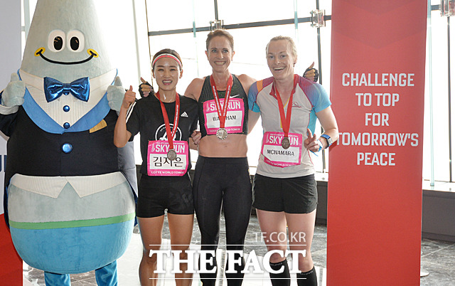 엘리트선수 여자부문 2위 김지은(한국), 1위 수지 월샴(호주), 3위 앨리스 맥나마라(호주)가 123층 결승선 통과 후 포토타임을 갖고 있다.