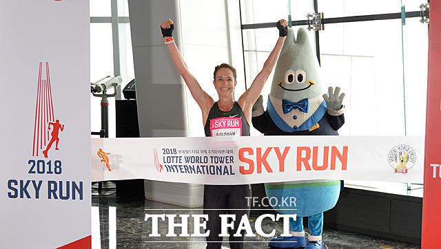 엘리트선수 남자부문 1위로 결승선을 통과하는 수지 월샴(호주)
