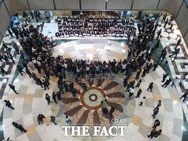 자유한국당은 이날 국회 본회의장 앞 로텐더홀에서 비상 의원총회를 열고 조건 없는 드루킹 특검 수용을 주장했다. /신진환 기자