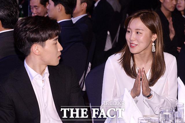 쇼트트랙 서이라 선수(왼쪽)와 대화하는 김아랑 선수