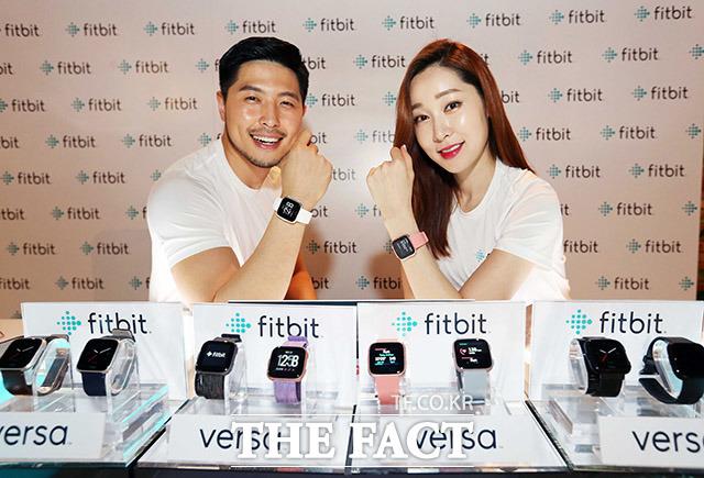 16일 오전 현대백화점 킨텍스점에서 열린 글로벌 웨어러블 브랜드 핏비트(Fitbit)의 초경량 스마트워치 '빗비트 버사(Fitbit Versa)'출시행사에서 모델들이 제품을 선보이고 있다.