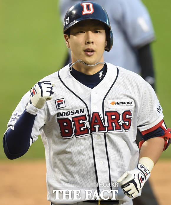 프로야구 두산 베어스의 외야수 박건우(사진)가 15일 SK와 경기에서 김재환의 끝내기 홈런 세리머니 중 뇌진탕 증세를 보여 그라운드에 쓰러졌다.  /더팩트DB