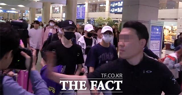 그룹 NCT127의 경호원이 지난 16일 인천국제공항에서 취재 중이던 아시아투데이 사진기자를 폭행하고 있다. /해당 영상 갈무리