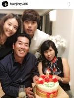 '부상' 류현진, 아내 배지현과 근황 공개