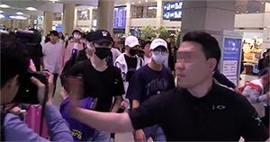 [TF영상] NCT127 경호원, 사진기자 폭행…'아찔한 순간'