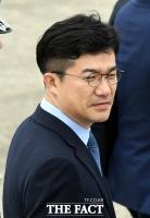 [TF포토] 문재인 대통령 바라보는 송인배 비서관