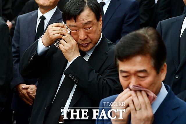 눈물 닦고 있는 이희범 평창동계올림픽 조직위원장. /사진공동취재단