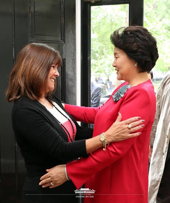 한미정상회담을 위해 문재인 대통령과 동행한 김정숙 여사(오른쪽)가 22일 오전(현지시간) 미국 부통령 부인 카렌 펜스 여사와 만나 인사를 나누고 있다./청와대 제공