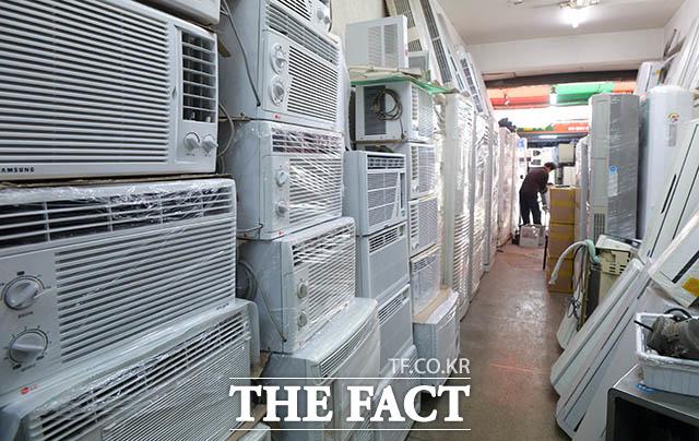 서울 지역 최고 기온이 24도까지 오르며 초여름 날씨를 보인 24일 오후 서울 중구 황학동의 한 중고가전제품 매장에 중고 에어컨이 진열돼 있다. /김세정 인턴기자