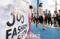 [TF포토] 서울 도심 한복판에서…'시원한 바캉스 패션쇼!'