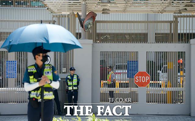 다음 달 12일 열릴 계획이었던 북미정상회담이 결렬된 25일 오전 서울 종로구 세종대로 주한미국대사관 앞에 경찰들이 경계 근무를 서고 있다. /김세정 인턴기자