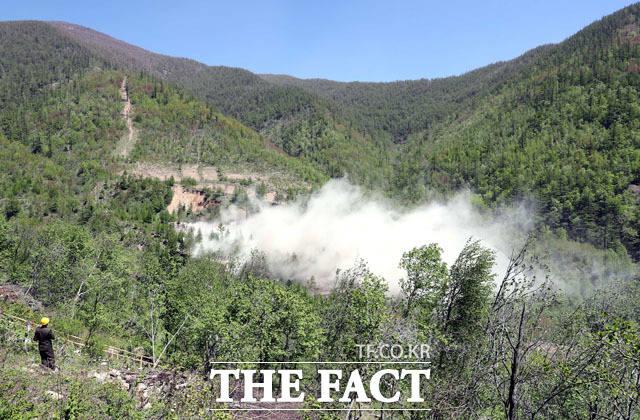 2번 갱도와 관측소 건물이 폭파되면서 짙은 연기가 뿜어 나오고 있다.
