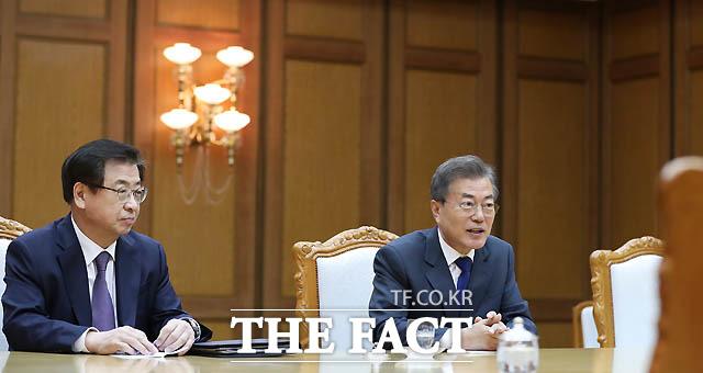 문재인 대통령과 김정은 북한 국무위원장이 26일 오후 판문점 북측 통일각에서 열린 2차 남북정상회담을 갖고 있다.(왼쪽은 배석한 서훈 국정원장) /청와대 제공